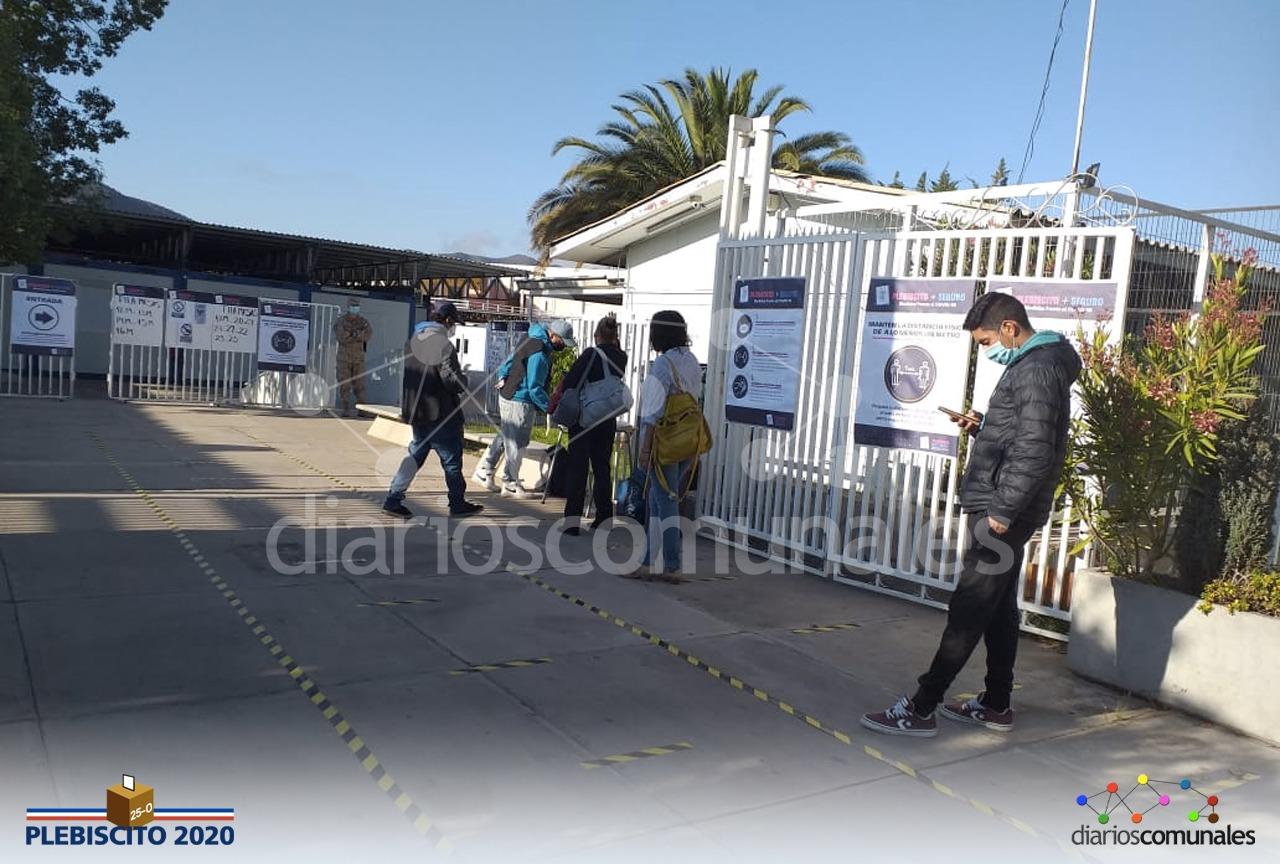 Los primeros votantes ya esperan por ingresar a los locales de votación